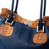 Dunkelblaue weibliche Handtasche lokalisiert auf weißem Hintergrund Lizenzfreies Stockfoto