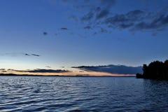 Dunkelblauer Abendhimmel über dem See Lizenzfreie Stockfotos