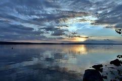 Dunkelblauer Abendhimmel über dem See Lizenzfreie Stockbilder