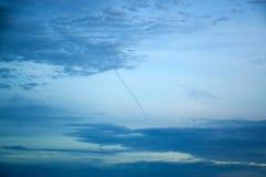 Dunkelblauer Himmel mit Wolken 171015 0027 Stockfotografie