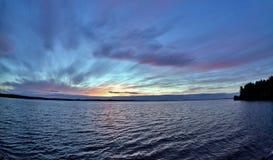Dunkelblauer und orange Abendhimmel über dem See Lizenzfreie Stockfotografie