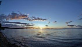 Dunkelblauer und orange Abendhimmel über dem See Lizenzfreies Stockbild