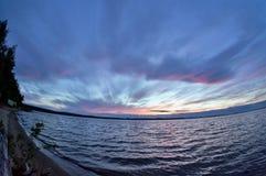 Dunkelblauer und orange Abendhimmel über dem See, Türspion Lizenzfreies Stockfoto