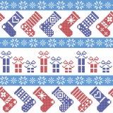 Dunkelblaues, hellblaues und rotes nordisches Weihnachtsmuster mit Strümpfen, Sterne, Schneeflocken, Geschenke, dekorative Verzie Stockfotografie