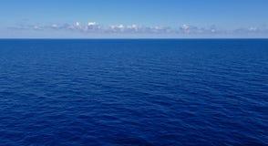 Dunkelblaues Meer mit Wolken und Himmel auf dem Horizont stockbilder