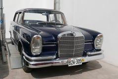 Dunkelblaues Mercedes Benz 300 Se L gezeigt in Lima stockbilder