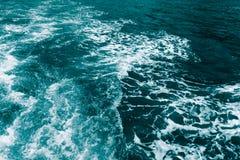 Dunkelblaues Seeschäumende Wellen Zusammenfassung textrured natürlichen Hintergrund mit Losraum für Text Schablone für Entwurf lizenzfreies stockfoto