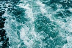 Dunkelblaues Seeschäumende Wellen Zusammenfassung textrured natürlichen Hintergrund mit Losraum für Text Schablone für Entwurf lizenzfreie stockbilder