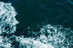 Dunkelblaues Seeschäumende Wellen Zusammenfassung textrured natürlichen Hintergrund mit Losraum für Text Schablone für Entwurf lizenzfreies stockbild