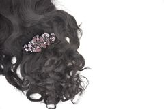 Dunkelbraunes gelocktes Haar mit Kristallhaardia auf dem weißen Hintergrund lizenzfreie stockbilder