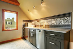 Dunkelgrüne Küchenschränke mit hinterer Spritzenordnung Lizenzfreie Stockfotos