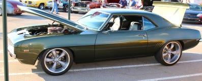 1967 dunkelgrüner antiker Chevy Camaro Stockfotos