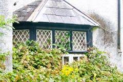 Dunkelgrünes Erkerfenster, von einem Victorianhaus, Killarney, Irland stockfotografie