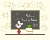 Dunkelgraue Tafel mit weißem Beschriftung Willkommen zurück zu Schulrotem Vase mit weißen Blumen, grünes Apple auf Büchern Lizenzfreies Stockbild