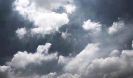 Dunkelgrauer drastischer Himmel mit großen Wolken Stockfotografie