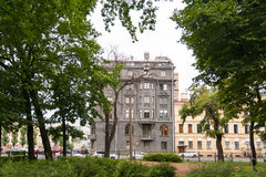 Dunkelgraues eklektisches Haus auf Allee von Rimsky-Korsakov in St Petersburg Lizenzfreies Stockfoto
