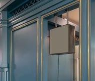 Dunkelgraues Metallquadrat-Rahmenmodell vor klassischem Artgeschäft stockfotos