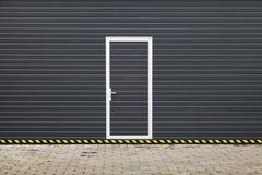 Dunkelgraues modernes Garagentor mit Tür Lizenzfreie Stockbilder