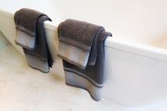Dunkelgraues Tuch, das an der Badewanne hängt stockfotografie