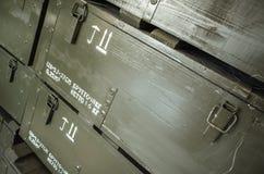Dunkelgrüne Holzkisten für Munition Stockbilder