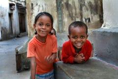 Dunkelhäutige Kinder, draußen spielend. Lizenzfreies Stockfoto