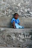 Dunkelhäutiges wenig afrikanisches gil, ungefähr 4 Jahre alt, ist r Lizenzfreies Stockfoto