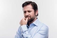 Dunkelhaariges reifes Manngefühl verlor nach einigen Familienproblemen stockfotos