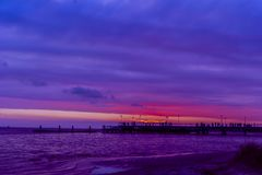 Dunkelheit farbiger Sonnenuntergang Stockfotografie