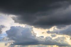 Dunkelheit oder dunkle Wolken auf dem Himmel bevor dem Regnen Lizenzfreie Stockfotos