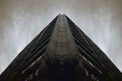 Dunkelheit widergespiegeltes Gebäude lizenzfreies stockbild
