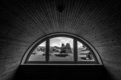 Dunkelkammer mit heller Fensteraussicht Stockfoto