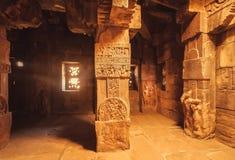 Dunkelkammer mit künstlerischen Spalten im hindischen Tempel in Pattadakal, Indien Der meiste populäre Platz in Vietnam Lizenzfreie Stockfotografie