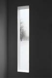 Dunkelkammer- und Winterlandschaft außerhalb des Fensters Stockbilder