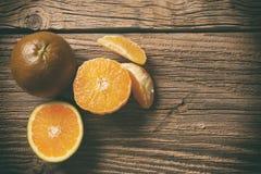 Dunkelorange lokalisiert auf hölzernem Hintergrund Brown-Orangen stockfotografie