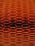 Dunkelorangefarbiges Bienenwabemuster - vertikaler Plan Stockfoto