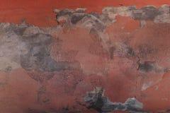 Dunkelrote Wand des abstrakten Schmutzhintergrundes mit grauen Stellen des Zementes in der Wasserscheidung Stockfotos