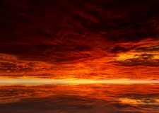 Dunkelroter Sonnenunterganghimmel über ruhiger Wasseroberfläche Stockfotos