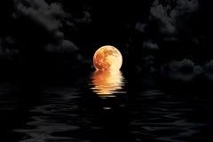 Dunkelroter Vollmond in der Wolke mit Wasserreflexions-Nahaufnahme showin Stockfotos
