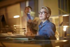 Dunkelt kontor som slås in upp i arbete arkivbilder