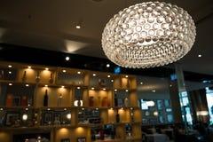 Dunkelt rund takbelysning för Lit i restaurang på natten royaltyfri foto