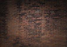 Dunkelt tänd gammal tegelstenvägg royaltyfri fotografi