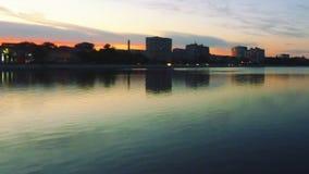 dunkelwerden Schöner Sonnenuntergang auf der Wolga Unscharfer Schuss von Ufergegend mit Straßenlaterne schalten sich an und hande stock video footage