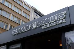Dunkin'油炸圈饼咖啡馆在法兰克福 库存照片