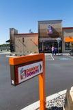 Dunkin多福饼标志和面包店 图库摄影