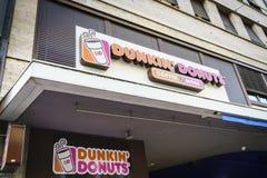 Dunkin油炸圈饼商店在瑞士 免版税库存照片