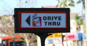 Dunkin油炸圈饼通过标志驾驶 股票视频
