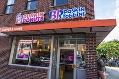 DunkinÂ'Donuts e Baskin Robbins em New York City, EUA fotos de stock