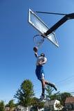 Dunking баскетболиста Стоковое фото RF