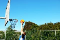 Dunking баскетбол Стоковые Фото
