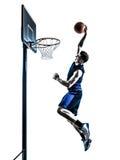 Dunking кавказского баскетболиста человека скача Стоковые Изображения RF